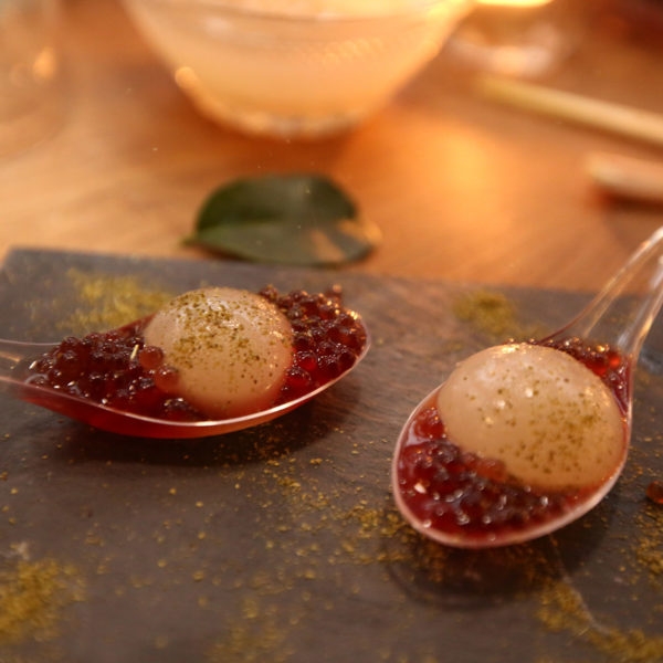 A refreshing sphere that bursts in the mouth releasing a delicious blend of gin, lychee and lemongrass accompanied by a caviar of blackberry liqueur in spoons